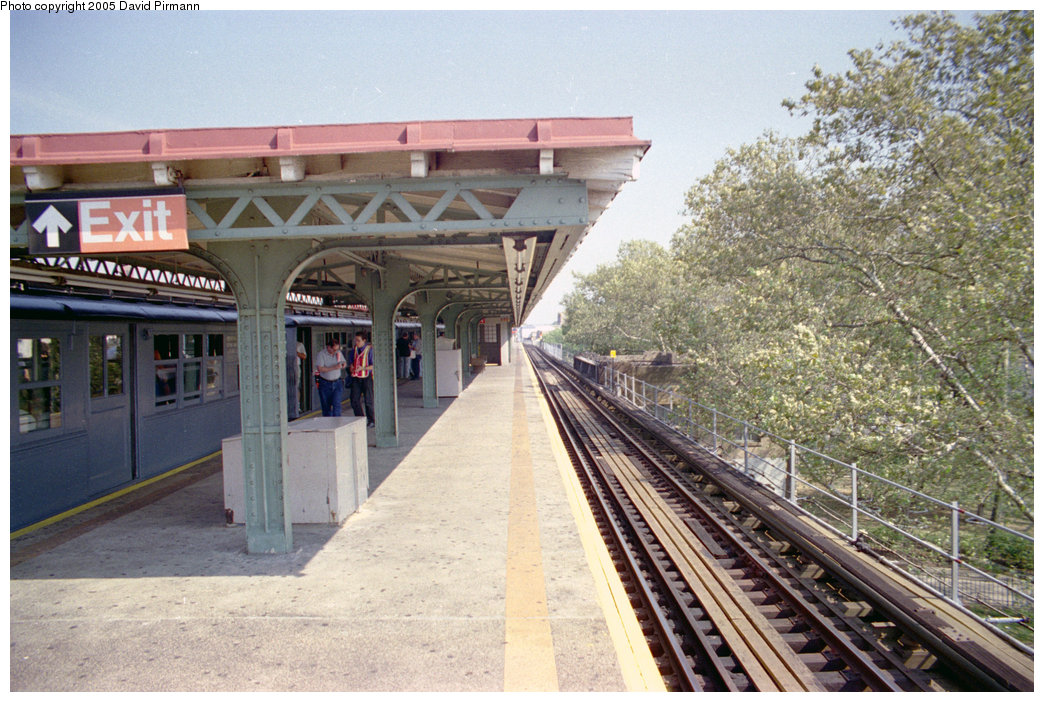 (246k, 1044x702)<br><b>Country:</b> United States<br><b>City:</b> New York<br><b>System:</b> New York City Transit<br><b>Line:</b> IRT Pelham Line<br><b>Location:</b> East 177th Street/Parkchester<br><b>Photo by:</b> David Pirmann<br><b>Date:</b> 9/13/1998<br><b>Viewed (this week/total):</b> 1 / 4161
