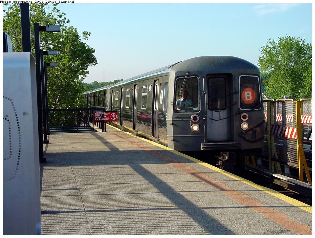 (164k, 1044x788)<br><b>Country:</b> United States<br><b>City:</b> New York<br><b>System:</b> New York City Transit<br><b>Line:</b> BMT West End Line<br><b>Location:</b> Fort Hamilton Parkway<br><b>Route:</b> B<br><b>Car:</b> R-68 (Westinghouse-Amrail, 1986-1988) 25xx <br><b>Photo by:</b> David Pirmann<br><b>Date:</b> 5/31/2000<br><b>Viewed (this week/total):</b> 0 / 5590