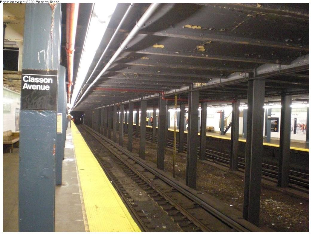 (253k, 1044x788)<br><b>Country:</b> United States<br><b>City:</b> New York<br><b>System:</b> New York City Transit<br><b>Line:</b> IND Crosstown Line<br><b>Location:</b> Classon Avenue<br><b>Photo by:</b> Roberto C. Tobar<br><b>Date:</b> 4/25/2009<br><b>Notes:</b> Track view- note unused center trackway.<br><b>Viewed (this week/total):</b> 0 / 3510
