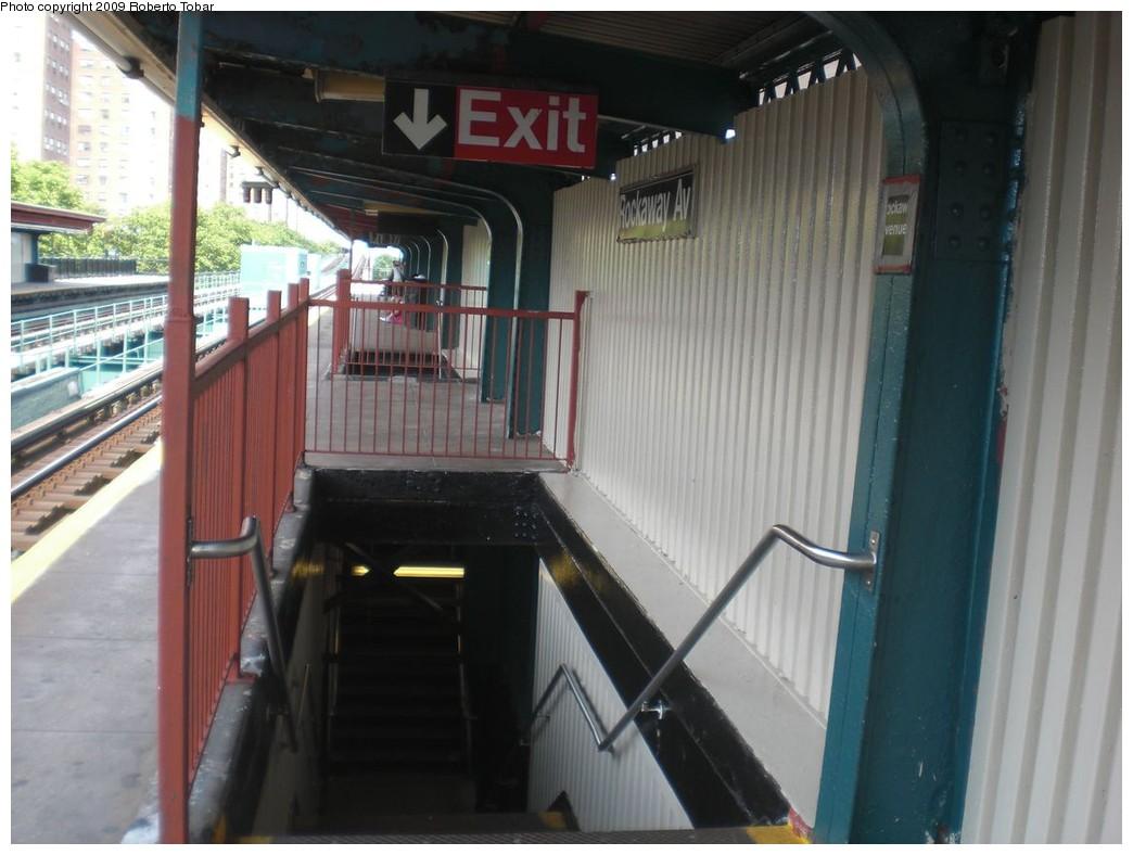 (208k, 1044x788)<br><b>Country:</b> United States<br><b>City:</b> New York<br><b>System:</b> New York City Transit<br><b>Line:</b> IRT Brooklyn Line<br><b>Location:</b> Rockaway Avenue<br><b>Photo by:</b> Roberto C. Tobar<br><b>Date:</b> 6/27/2009<br><b>Viewed (this week/total):</b> 0 / 1863