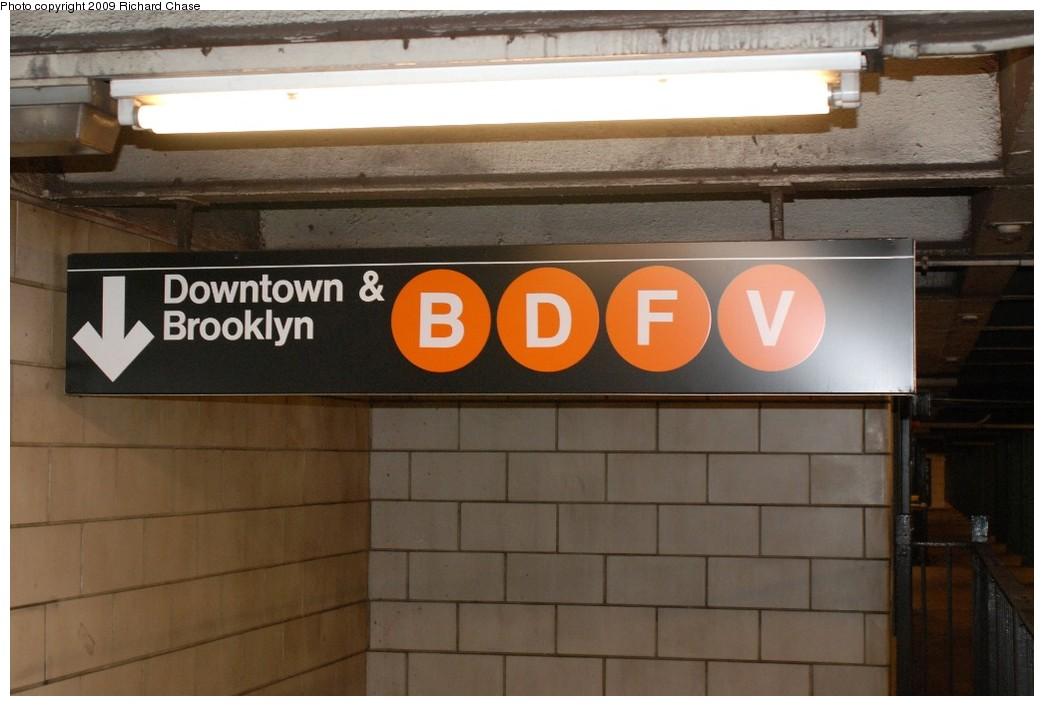 (143k, 1044x706)<br><b>Country:</b> United States<br><b>City:</b> New York<br><b>System:</b> New York City Transit<br><b>Line:</b> IND 6th Avenue Line<br><b>Location:</b> West 4th Street/Washington Square<br><b>Photo by:</b> Richard Chase<br><b>Date:</b> 10/12/2009<br><b>Notes:</b> Mezzanine level signage.<br><b>Viewed (this week/total):</b> 0 / 1502