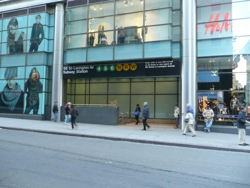(124k, 1024x768)<br><b>Country:</b> United States<br><b>City:</b> New York<br><b>System:</b> New York City Transit<br><b>Line:</b> IRT East Side Line<br><b>Location:</b> 59th Street<br><b>Photo by:</b> Robbie Rosenfeld<br><b>Date:</b> 12/8/2009<br><b>Notes:</b> Station entrance.<br><b>Viewed (this week/total):</b> 2 / 2449