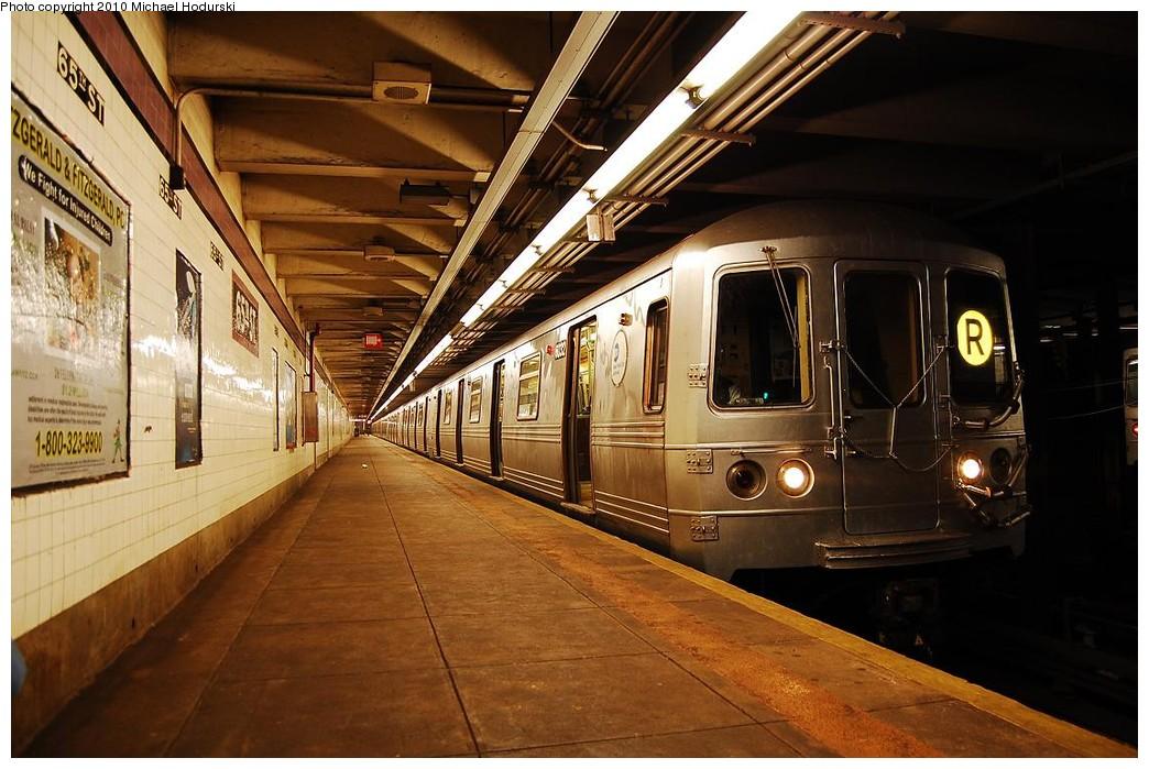 (235k, 1044x699)<br><b>Country:</b> United States<br><b>City:</b> New York<br><b>System:</b> New York City Transit<br><b>Line:</b> IND Queens Boulevard Line<br><b>Location:</b> 65th Street<br><b>Route:</b> R<br><b>Car:</b> R-46 (Pullman-Standard, 1974-75) 6032 <br><b>Photo by:</b> Michael Hodurski<br><b>Date:</b> 12/9/2009<br><b>Viewed (this week/total):</b> 4 / 2212