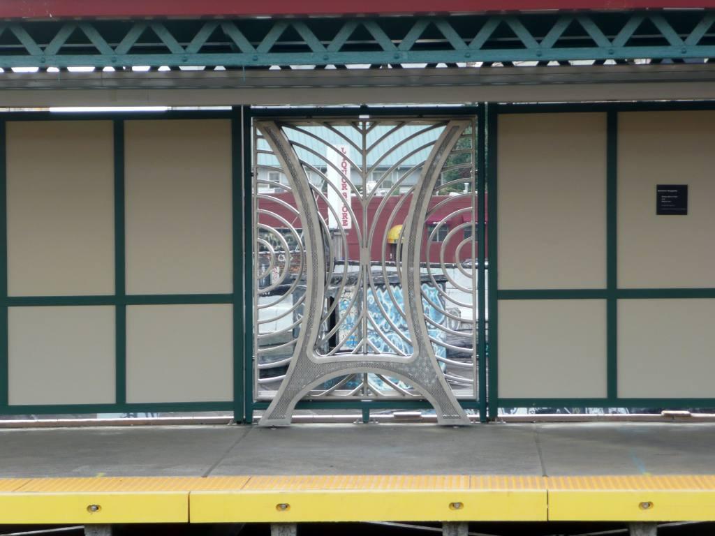 (89k, 1024x768)<br><b>Country:</b> United States<br><b>City:</b> New York<br><b>System:</b> New York City Transit<br><b>Line:</b> IRT Pelham Line<br><b>Location:</b> Whitlock Avenue<br><b>Photo by:</b> Robbie Rosenfeld<br><b>Date:</b> 10/6/2010<br><b>Artwork:</b> <i>Bronx River View</i>, Barbara Grygutis, 2010<br><b>Viewed (this week/total):</b> 2 / 2090