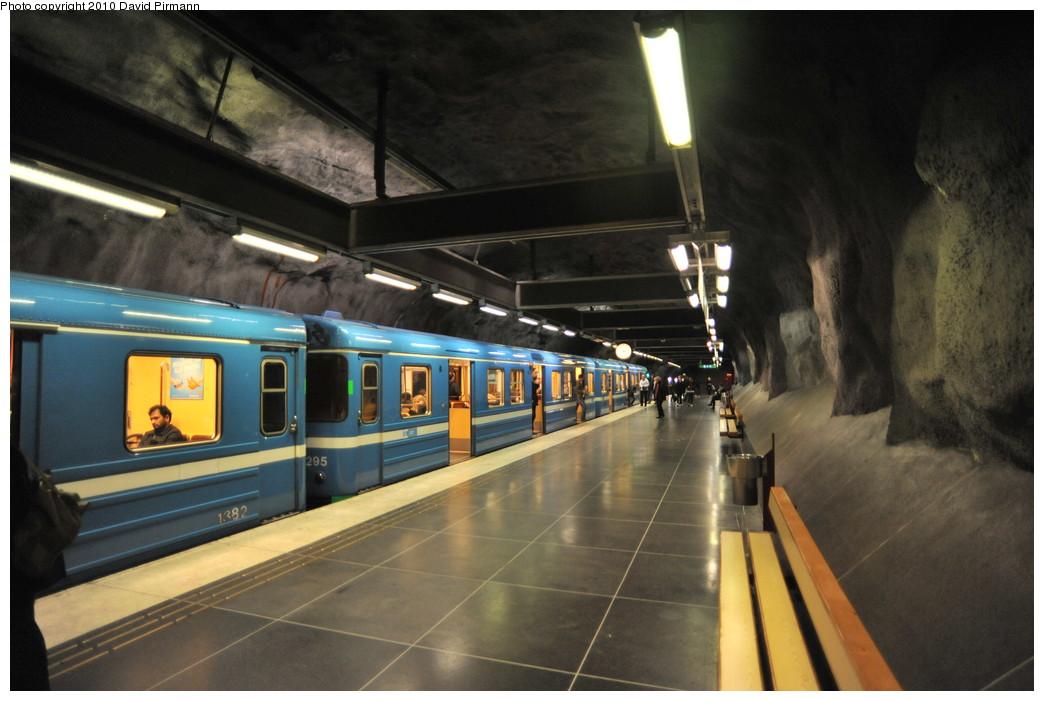 (233k, 1044x701)<br><b>Country:</b> Sweden<br><b>City:</b> Stockholm<br><b>System:</b> Storstockholms Lokaltrafik<br><b>Line:</b> Tunnelbana Blue Line<br><b>Location:</b> Stadshagen<br><b>Car:</b>  1295 <br><b>Photo by:</b> David Pirmann<br><b>Date:</b> 10/14/2010<br><b>Viewed (this week/total):</b> 3 / 469