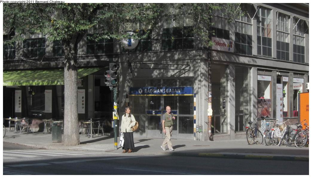 (277k, 1044x595)<br><b>Country:</b> Sweden<br><b>City:</b> Stockholm<br><b>System:</b> Storstockholms Lokaltrafik<br><b>Line:</b> Tunnelbana Green Line<br><b>Location:</b> Rådmansgatan<br><b>Photo by:</b> Bernard Chatreau<br><b>Date:</b> 9/15/2010<br><b>Viewed (this week/total):</b> 1 / 428