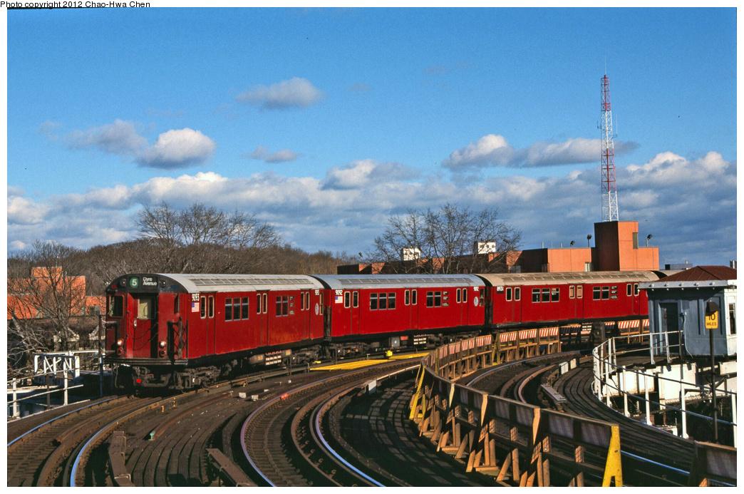 (403k, 1044x693)<br><b>Country:</b> United States<br><b>City:</b> New York<br><b>System:</b> New York City Transit<br><b>Line:</b> IRT White Plains Road Line<br><b>Location:</b> West Farms Sq./East Tremont Ave./177th St.<br><b>Route:</b> 5<br><b>Car:</b> R-33 Main Line (St. Louis, 1962-63) 9093 <br><b>Photo by:</b> Chao-Hwa Chen<br><b>Date:</b> 12/21/2001<br><b>Viewed (this week/total):</b> 0 / 1586