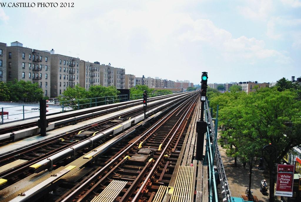 (357k, 1024x687)<br><b>Country:</b> United States<br><b>City:</b> New York<br><b>System:</b> New York City Transit<br><b>Line:</b> IRT White Plains Road Line<br><b>Location:</b> Pelham Parkway<br><b>Photo by:</b> Wilfredo Castillo<br><b>Date:</b> 8/9/2012<br><b>Notes:</b> View south.<br><b>Viewed (this week/total):</b> 0 / 1659