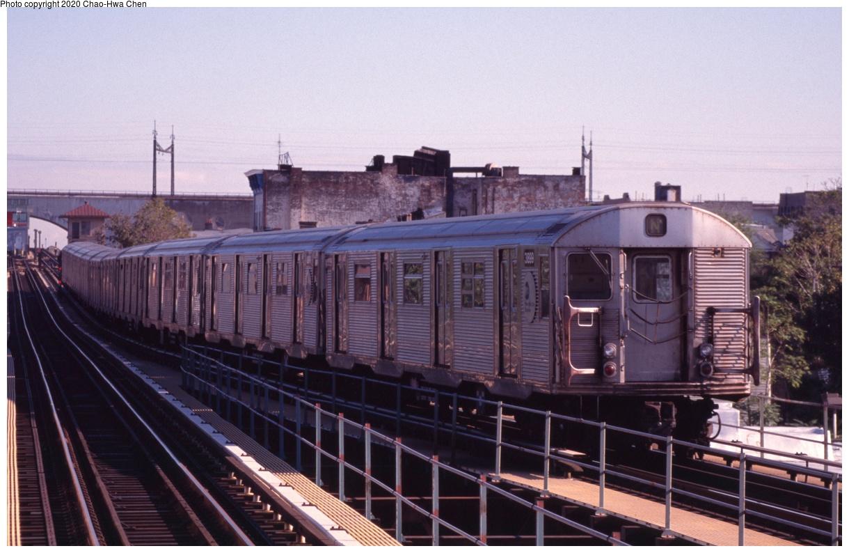 (323k, 1220x794)<br><b>Country:</b> United States<br><b>City:</b> New York<br><b>System:</b> New York City Transit<br><b>Line:</b> BMT Astoria Line<br><b>Location:</b> Astoria Boulevard/Hoyt Avenue<br><b>Route:</b> N<br><b>Car:</b> R-32 (Budd, 1964) 3899 <br><b>Photo by:</b> Chao-Hwa Chen<br><b>Date:</b> 10/16/1998<br><b>Viewed (this week/total):</b> 1 / 976