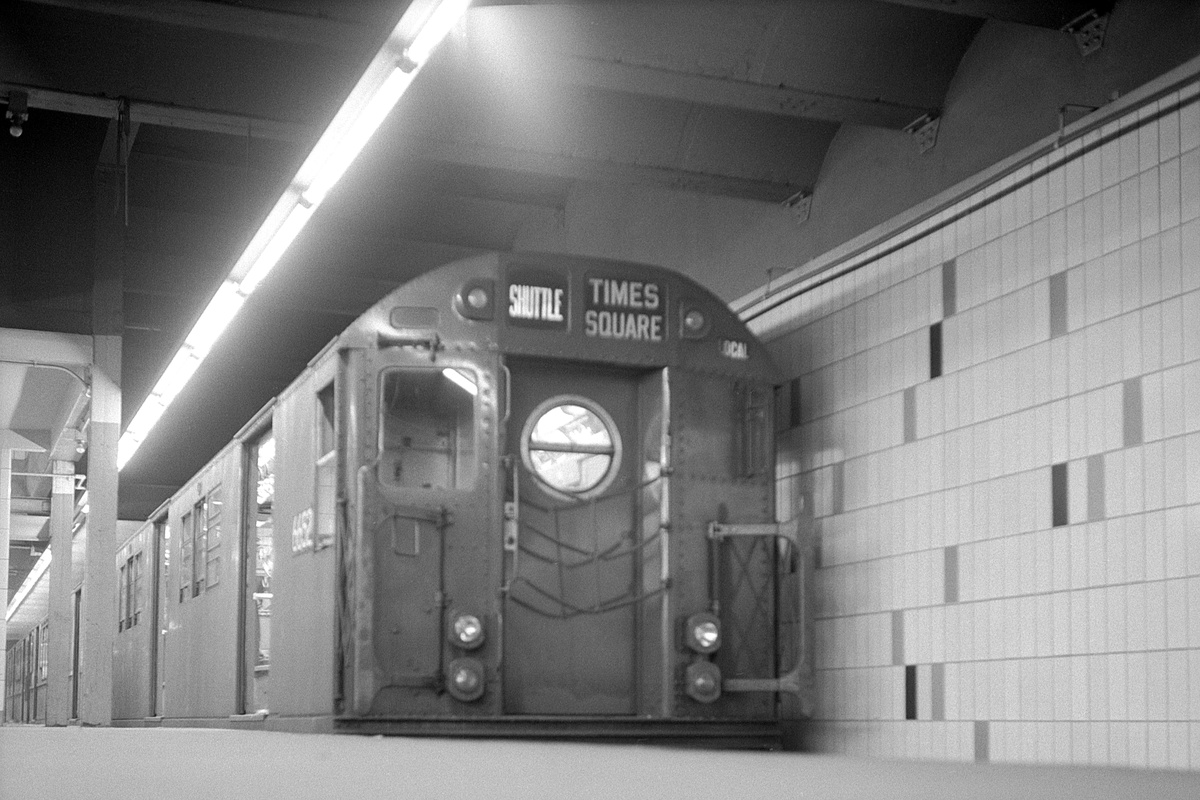 (355k, 1200x800)<br><b>Country:</b> United States<br><b>City:</b> New York<br><b>System:</b> New York City Transit<br><b>Line:</b> IRT Times Square-Grand Central Shuttle<br><b>Location:</b> Grand Central<br><b>Route:</b> S<br><b>Car:</b> R-17 (St. Louis, 1955-56) 6652 <br><b>Collection of:</b> David Pirmann<br><b>Date:</b> 4/6/1968<br><b>Viewed (this week/total):</b> 0 / 436