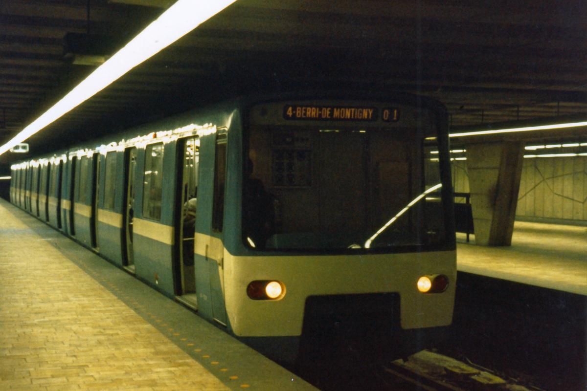 (396k, 1200x800)<br><b>Country:</b> Canada<br><b>City:</b> Montréal, Québec<br><b>System:</b> STM-Metro<br><b>Line:</b> STM Yellow Line<br><b>Location:</b> Longueuil–-Université-de-Sherbrooke<br><b>Collection of:</b> Nicholas Fabrizio<br><b>Viewed (this week/total):</b> 0 / 84