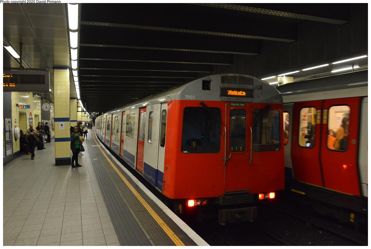 (348k, 1220x821)<br><b>Country:</b> United Kingdom<br><b>City:</b> London<br><b>System:</b> London Underground<br><b>Line:</b> District<br><b>Location:</b> Aldgate East<br><b>Car:</b> D Stock 7005 <br><b>Photo by:</b> David Pirmann<br><b>Date:</b> 5/5/2016<br><b>Viewed (this week/total):</b> 0 / 66