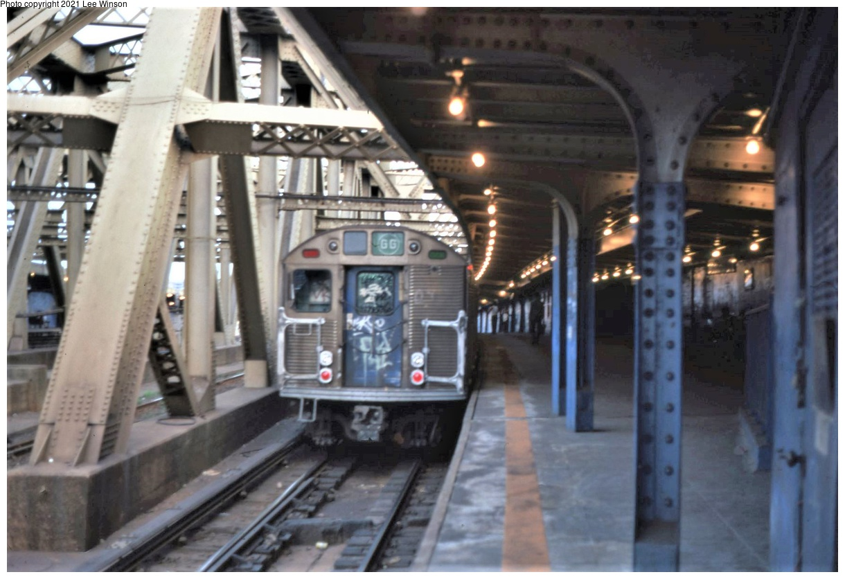 (316k, 1220x836)<br><b>Country:</b> United States<br><b>City:</b> New York<br><b>System:</b> New York City Transit<br><b>Line:</b> IND Crosstown Line<br><b>Location:</b> Smith/9th Street<br><b>Route:</b> GG<br><b>Car:</b> R-32 (Budd, 1964)  <br><b>Photo by:</b> Lee Winson<br><b>Date:</b> 9/1981<br><b>Notes:</b> Note incandescent lighting.<br><b>Viewed (this week/total):</b> 1 / 607