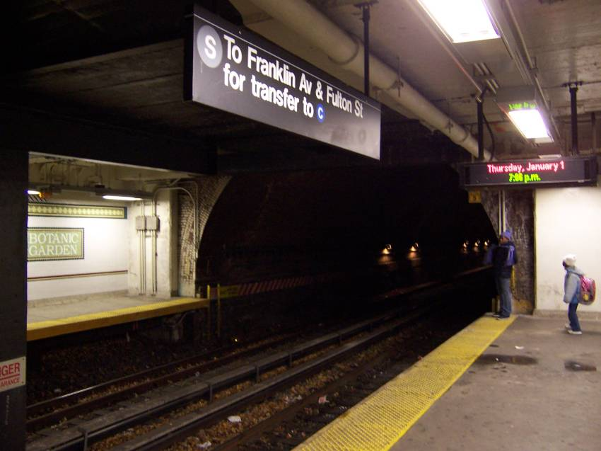 (55k, 850x637)<br><b>Country:</b> United States<br><b>City:</b> New York<br><b>System:</b> New York City Transit<br><b>Line:</b> BMT Franklin Shuttle<br><b>Location:</b> Botanic Garden<br><b>Route:</b> Franklin Shuttle<br><b>Photo by:</b> Michael Korby<br><b>Date:</b> 1/2004<br><b>Viewed (this week/total):</b> 2 / 9042