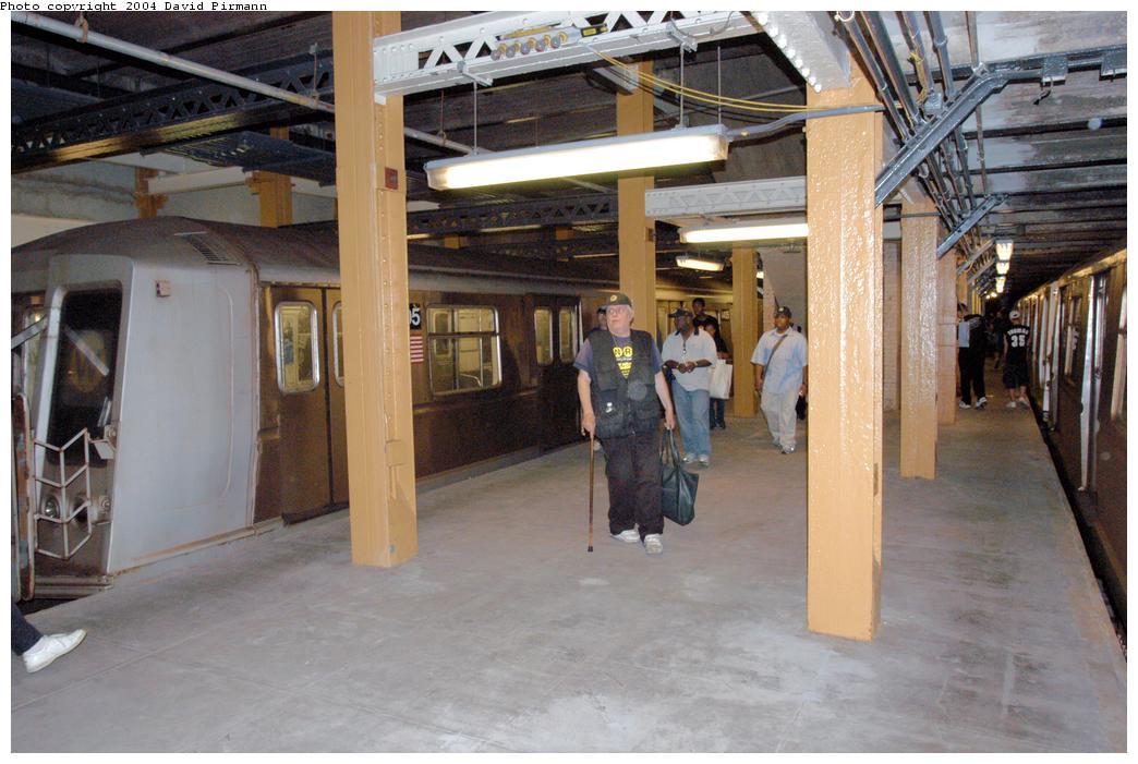 (154k, 1044x701)<br><b>Country:</b> United States<br><b>City:</b> New York<br><b>System:</b> New York City Transit<br><b>Line:</b> BMT Broadway Line<br><b>Location:</b> City Hall Lower Level<br><b>Photo by:</b> David Pirmann<br><b>Date:</b> 6/19/2004<br><b>Notes:</b> View of west platform<br><b>Viewed (this week/total):</b> 3 / 11158