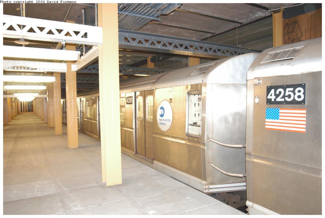 (144k, 1044x701)<br><b>Country:</b> United States<br><b>City:</b> New York<br><b>System:</b> New York City Transit<br><b>Line:</b> BMT Broadway Line<br><b>Location:</b> City Hall Lower Level<br><b>Car:</b> R-40 (St. Louis, 1968) 4261 <br><b>Photo by:</b> David Pirmann<br><b>Date:</b> 6/19/2004<br><b>Notes:</b> View of east platform<br><b>Viewed (this week/total):</b> 5 / 10273