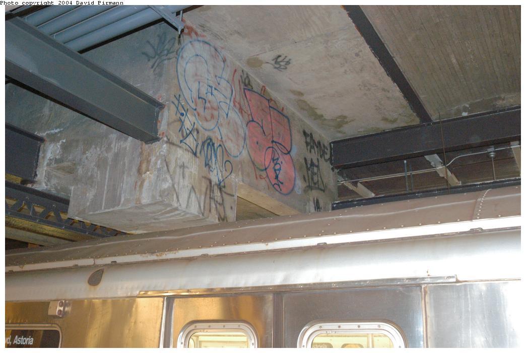 (142k, 1044x701)<br><b>Country:</b> United States<br><b>City:</b> New York<br><b>System:</b> New York City Transit<br><b>Line:</b> BMT Broadway Line<br><b>Location:</b> City Hall Lower Level<br><b>Photo by:</b> David Pirmann<br><b>Date:</b> 6/19/2004<br><b>Notes:</b> Graffiti over center trackway<br><b>Viewed (this week/total):</b> 2 / 12232