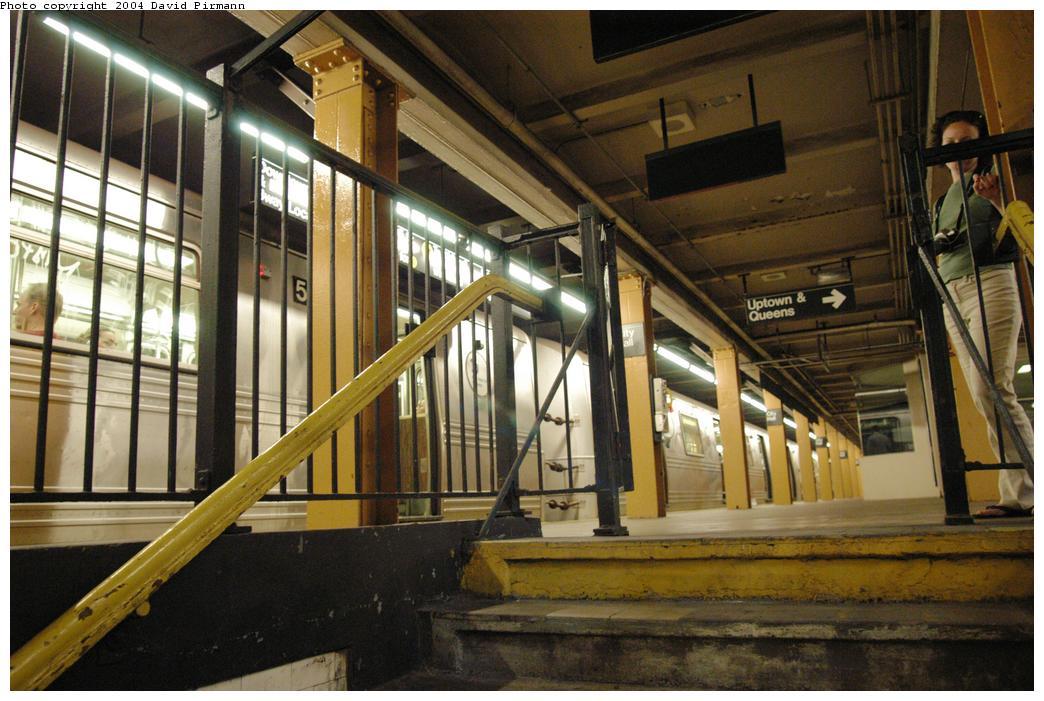 (160k, 1044x701)<br><b>Country:</b> United States<br><b>City:</b> New York<br><b>System:</b> New York City Transit<br><b>Line:</b> BMT Broadway Line<br><b>Location:</b> City Hall Lower Level<br><b>Photo by:</b> David Pirmann<br><b>Date:</b> 6/19/2004<br><b>Notes:</b> View from top of stairs of the in-use portion of BMT City Hall station.<br><b>Viewed (this week/total):</b> 5 / 14883