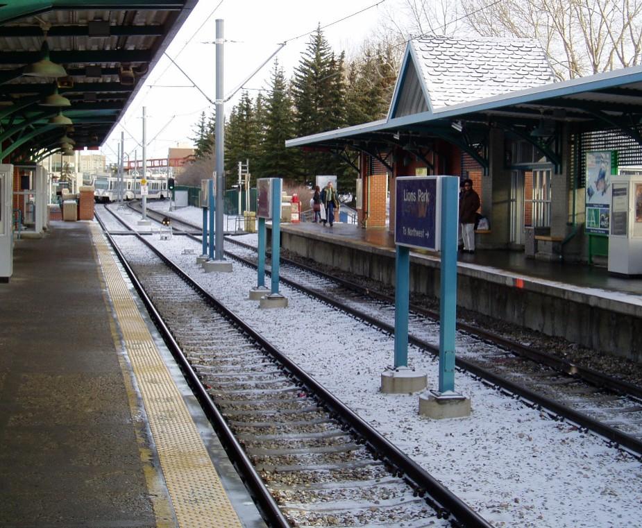 (250k, 925x761)<br><b>Country:</b> Canada<br><b>City:</b> Calgary<br><b>System:</b> Calgary Transit<br><b>Location:</b> Lions Park<br><b>Photo by:</b> John Leung<br><b>Date:</b> 12/2004<br><b>Notes:</b> Lions' Park Station Northwest-bound platform, looking eastbound.<br><b>Viewed (this week/total):</b> 2 / 3378