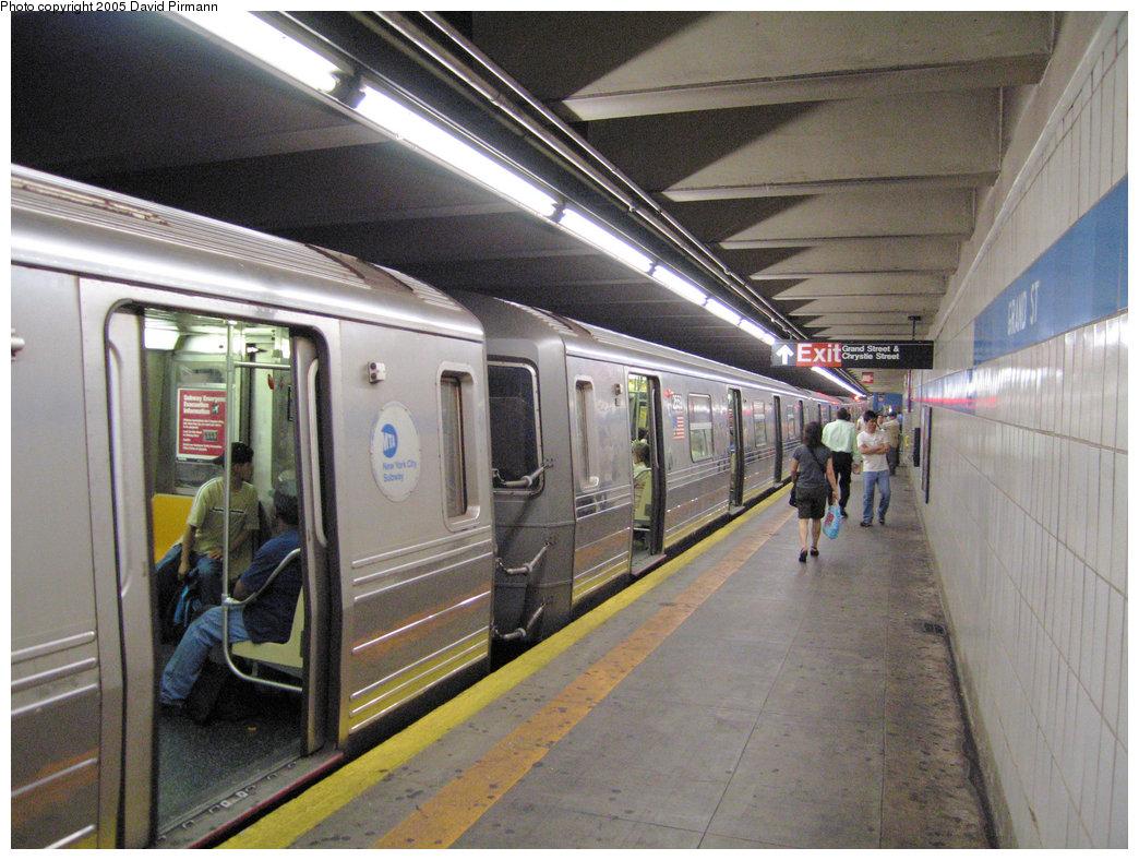 (244k, 1044x788)<br><b>Country:</b> United States<br><b>City:</b> New York<br><b>System:</b> New York City Transit<br><b>Line:</b> IND 6th Avenue Line<br><b>Location:</b> Grand Street<br><b>Route:</b> D<br><b>Car:</b> R-68 (Westinghouse-Amrail, 1986-1988) 2559 <br><b>Photo by:</b> David Pirmann<br><b>Date:</b> 6/30/2005<br><b>Notes:</b> Southbound platform<br><b>Viewed (this week/total):</b> 0 / 8255