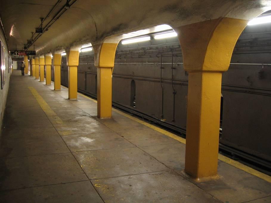 (62k, 909x682)<br><b>Country:</b> United States<br><b>City:</b> New York<br><b>System:</b> New York City Transit<br><b>Line:</b> IRT Flushing Line<br><b>Location:</b> Vernon-Jackson Avenues<br><b>Photo by:</b> Robbie Rosenfeld<br><b>Date:</b> 7/6/2005<br><b>Viewed (this week/total):</b> 1 / 5525