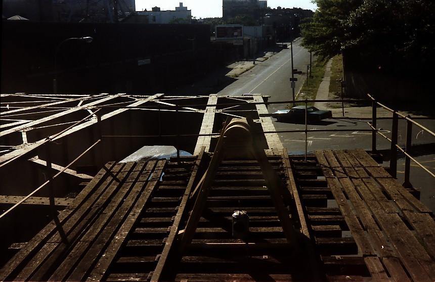 (132k, 860x558)<br><b>Country:</b> United States<br><b>City:</b> New York<br><b>System:</b> New York City Transit<br><b>Line:</b> BMT Nassau Street-Jamaica Line<br><b>Location:</b> Broadway/East New York (Broadway Junction)<br><b>Photo by:</b> Stuart Gitlow<br><b>Date:</b> 9/11/1977<br><b>Notes:</b> Broadway Junction - Fulton El yard leads/trackways.<br><b>Viewed (this week/total):</b> 3 / 3677