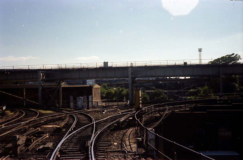 (68k, 850x560)<br><b>Country:</b> United States<br><b>City:</b> New York<br><b>System:</b> New York City Transit<br><b>Location:</b> East New York Yard/Shops<br><b>Photo by:</b> Stuart Gitlow<br><b>Date:</b> 9/11/1977<br><b>Notes:</b> East New York Yard leads.<br><b>Viewed (this week/total):</b> 1 / 2519