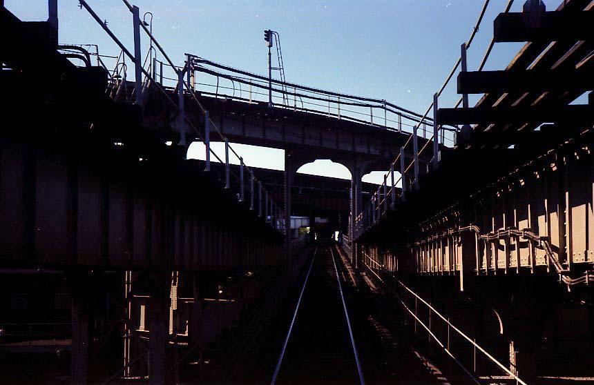 (70k, 860x558)<br><b>Country:</b> United States<br><b>City:</b> New York<br><b>System:</b> New York City Transit<br><b>Line:</b> BMT Nassau Street-Jamaica Line<br><b>Location:</b> Broadway/East New York (Broadway Junction)<br><b>Photo by:</b> Stuart Gitlow<br><b>Date:</b> 9/11/1977<br><b>Notes:</b> Broadway Junction - Fulton El yard leads/trackways.<br><b>Viewed (this week/total):</b> 1 / 2399