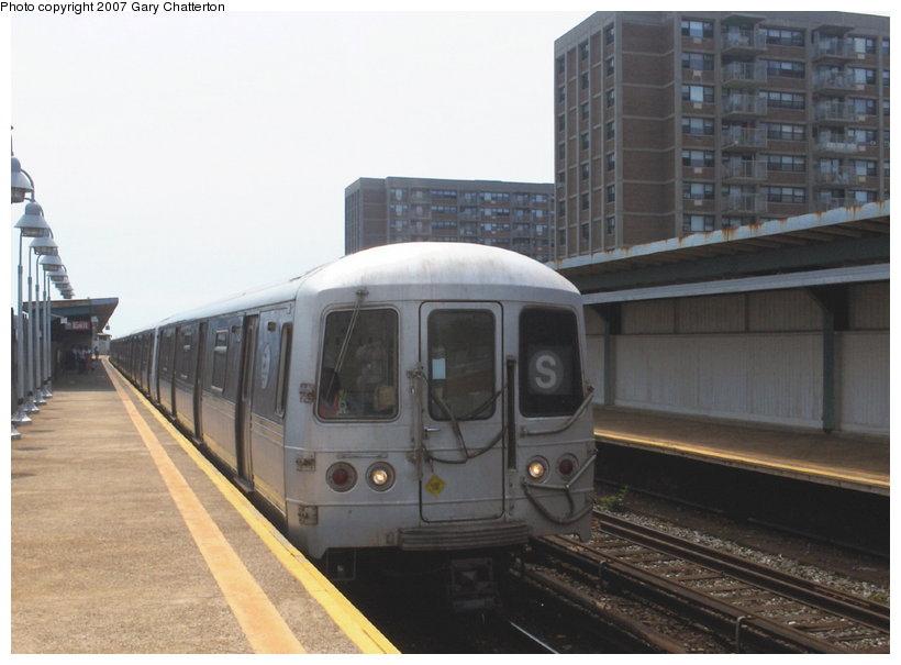 (86k, 820x605)<br><b>Country:</b> United States<br><b>City:</b> New York<br><b>System:</b> New York City Transit<br><b>Line:</b> IND Rockaway Line<br><b>Location:</b> Beach 98th Street/Playland<br><b>Route:</b> S<br><b>Car:</b> R-44 (St. Louis, 1971-73) 5428 <br><b>Photo by:</b> Gary Chatterton<br><b>Date:</b> 6/17/2006<br><b>Viewed (this week/total):</b> 0 / 2053