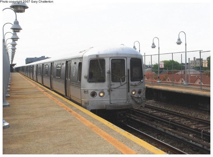 (91k, 820x605)<br><b>Country:</b> United States<br><b>City:</b> New York<br><b>System:</b> New York City Transit<br><b>Line:</b> IND Rockaway Line<br><b>Location:</b> Beach 98th Street/Playland<br><b>Route:</b> S<br><b>Car:</b> R-44 (St. Louis, 1971-73) 5462 <br><b>Photo by:</b> Gary Chatterton<br><b>Date:</b> 6/17/2006<br><b>Viewed (this week/total):</b> 1 / 2242