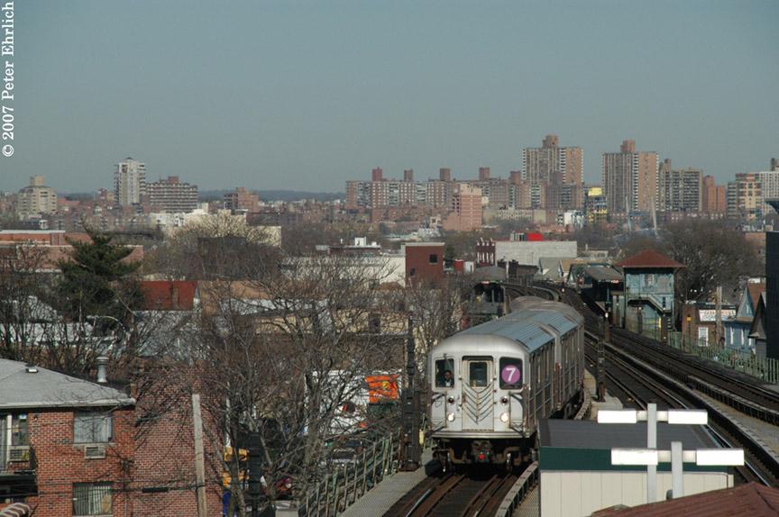 (193k, 864x574)<br><b>Country:</b> United States<br><b>City:</b> New York<br><b>System:</b> New York City Transit<br><b>Line:</b> IRT Flushing Line<br><b>Location:</b> Junction Boulevard<br><b>Car:</b> R-62A (Bombardier, 1984-1987)  <br><b>Photo by:</b> Peter Ehrlich<br><b>Date:</b> 4/20/2007<br><b>Notes:</b> Inbound trains arriving Junction Blvd. Station.<br><b>Viewed (this week/total):</b> 0 / 2471