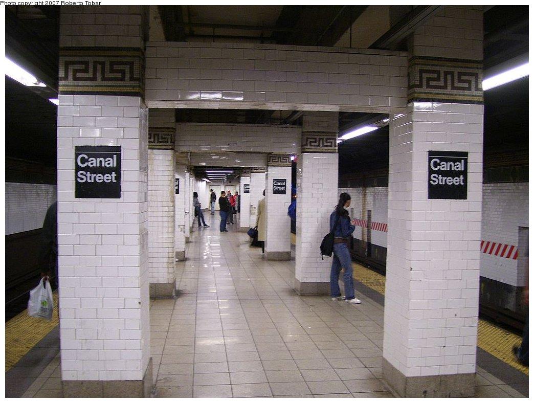 (166k, 1044x788)<br><b>Country:</b> United States<br><b>City:</b> New York<br><b>System:</b> New York City Transit<br><b>Line:</b> BMT Nassau Street-Jamaica Line<br><b>Location:</b> Canal Street<br><b>Photo by:</b> Roberto C. Tobar<br><b>Date:</b> 5/2/2007<br><b>Viewed (this week/total):</b> 0 / 3828