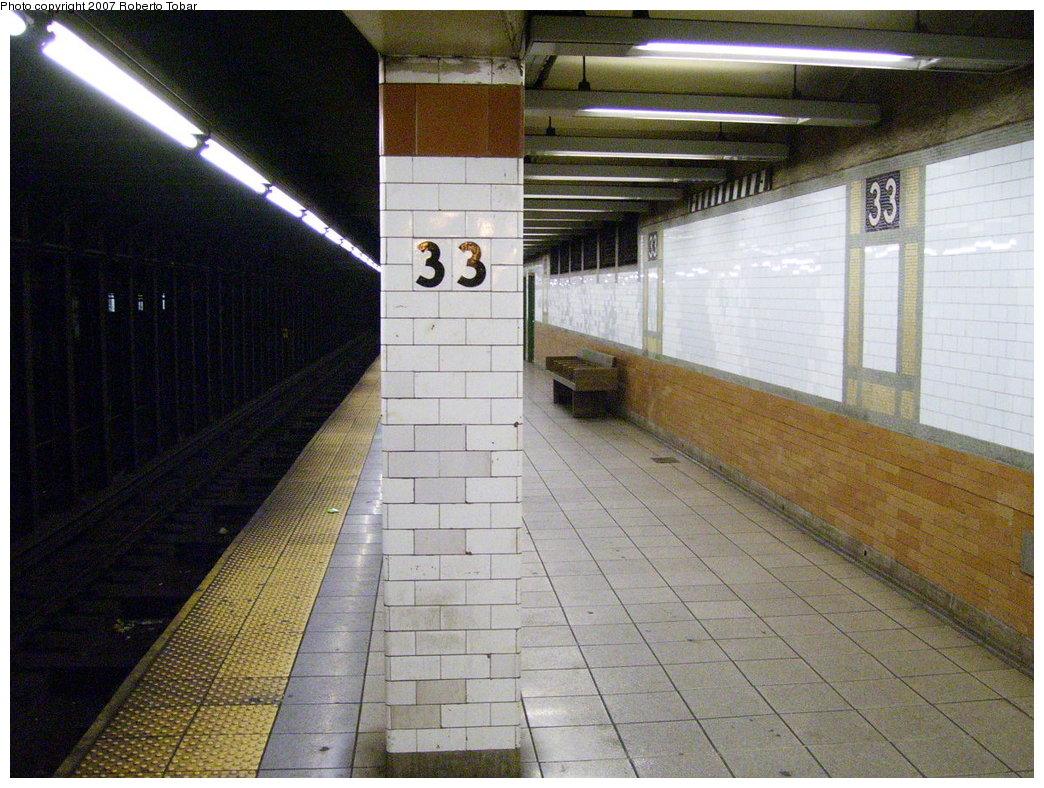 (218k, 1044x788)<br><b>Country:</b> United States<br><b>City:</b> New York<br><b>System:</b> New York City Transit<br><b>Line:</b> IRT East Side Line<br><b>Location:</b> 33rd Street<br><b>Photo by:</b> Roberto C. Tobar<br><b>Date:</b> 6/9/2007<br><b>Viewed (this week/total):</b> 0 / 3108