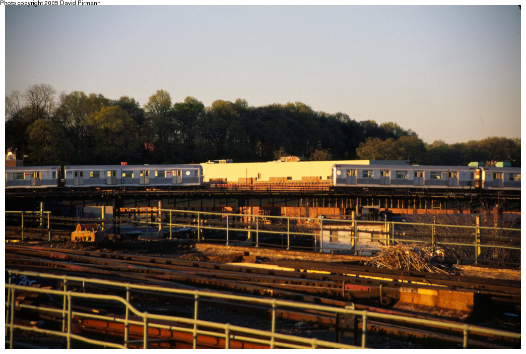 (199k, 1044x702)<br><b>Country:</b> United States<br><b>City:</b> New York<br><b>System:</b> New York City Transit<br><b>Line:</b> BMT Nassau Street-Jamaica Line<br><b>Location:</b> Alabama Avenue<br><b>Route:</b> J<br><b>Car:</b> R-40M (St. Louis, 1969) 4515 <br><b>Photo by:</b> David Pirmann<br><b>Date:</b> 4/30/1999<br><b>Notes:</b> View of Alabama Ave. from Atlantic Ave.<br><b>Viewed (this week/total):</b> 3 / 6526
