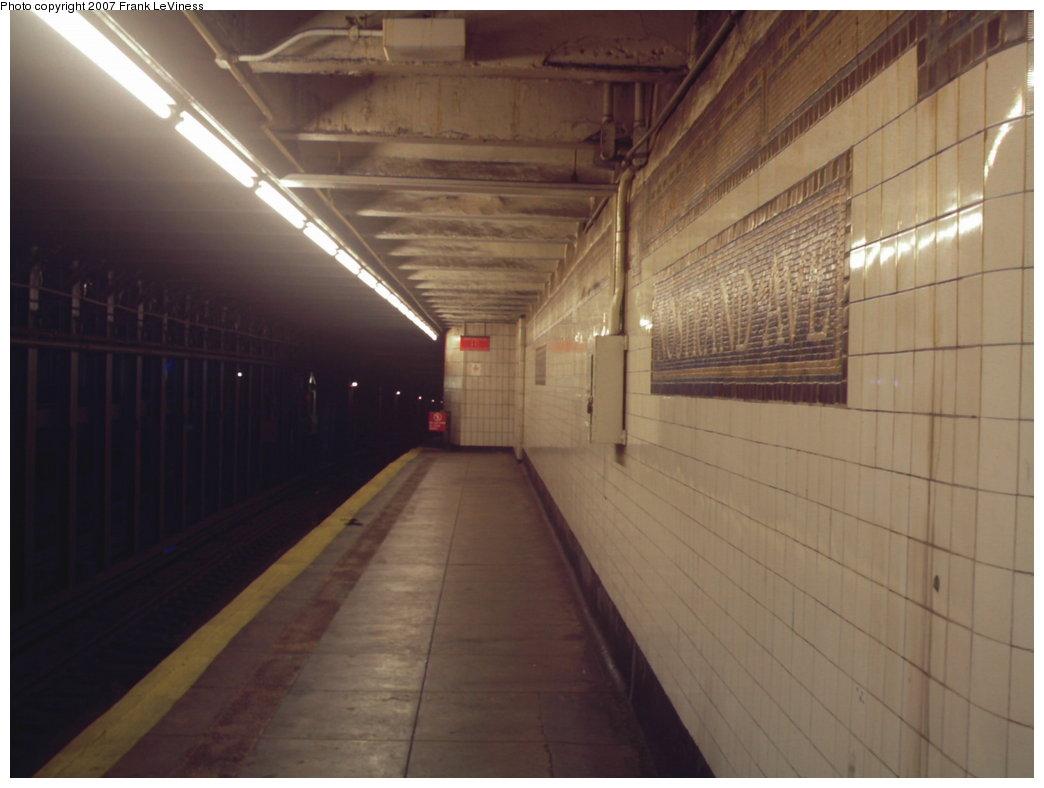 (113k, 1044x788)<br><b>Country:</b> United States<br><b>City:</b> New York<br><b>System:</b> New York City Transit<br><b>Line:</b> IRT Brooklyn Line<br><b>Location:</b> Nostrand Avenue<br><b>Photo by:</b> Frank LeViness<br><b>Date:</b> 12/28/2006<br><b>Notes:</b> Looking toward the 1960s era platform extension.<br><b>Viewed (this week/total):</b> 0 / 3384