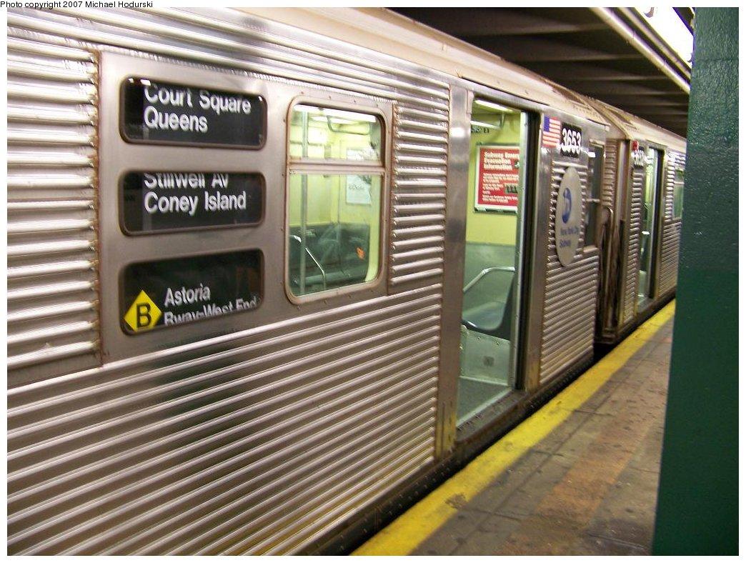(206k, 1044x788)<br><b>Country:</b> United States<br><b>City:</b> New York<br><b>System:</b> New York City Transit<br><b>Line:</b> IND Crosstown Line<br><b>Location:</b> Court Square<br><b>Route:</b> G<br><b>Car:</b> R-32 (Budd, 1964) 3653 <br><b>Photo by:</b> Michael Hodurski<br><b>Date:</b> 8/12/2007<br><b>Notes:</b> Wrong sign.<br><b>Viewed (this week/total):</b> 2 / 5650