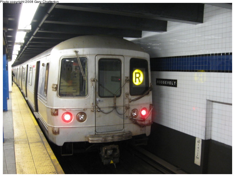(108k, 820x620)<br><b>Country:</b> United States<br><b>City:</b> New York<br><b>System:</b> New York City Transit<br><b>Line:</b> IND Queens Boulevard Line<br><b>Location:</b> Roosevelt Avenue<br><b>Route:</b> R<br><b>Car:</b> R-46 (Pullman-Standard, 1974-75) 5834 <br><b>Photo by:</b> Gary Chatterton<br><b>Date:</b> 12/23/2008<br><b>Viewed (this week/total):</b> 1 / 2164