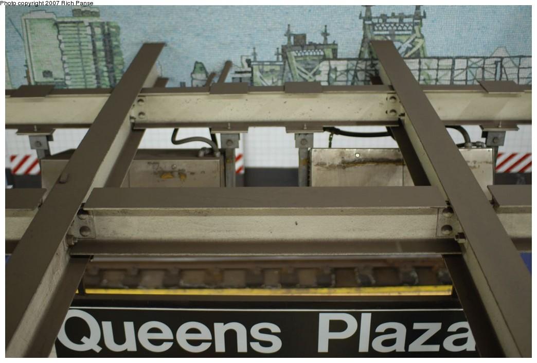 (168k, 1044x706)<br><b>Country:</b> United States<br><b>City:</b> New York<br><b>System:</b> New York City Transit<br><b>Line:</b> IND Queens Boulevard Line<br><b>Location:</b> Queens Plaza<br><b>Photo by:</b> Richard Panse<br><b>Date:</b> 12/9/2007<br><b>Artwork:</b> <i>Look Up Not Down</i>, Ellen Harvey, 2005<br><b>Viewed (this week/total):</b> 3 / 2999