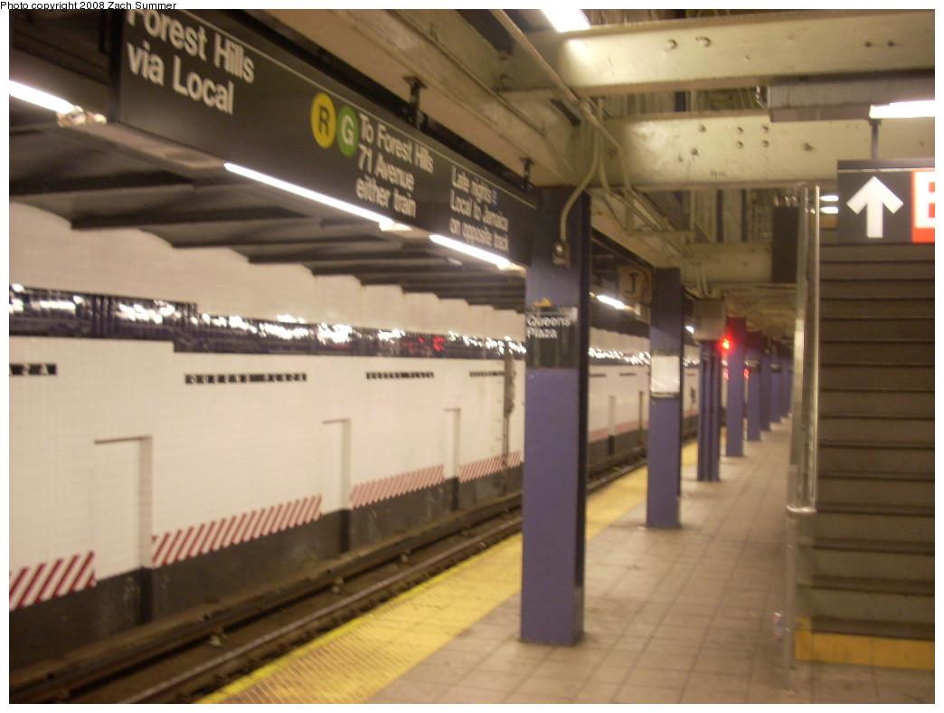 (201k, 1044x788)<br><b>Country:</b> United States<br><b>City:</b> New York<br><b>System:</b> New York City Transit<br><b>Line:</b> IND Queens Boulevard Line<br><b>Location:</b> Queens Plaza<br><b>Photo by:</b> Zach Summer<br><b>Date:</b> 12/16/2007<br><b>Notes:</b> Station view.<br><b>Viewed (this week/total):</b> 3 / 2694
