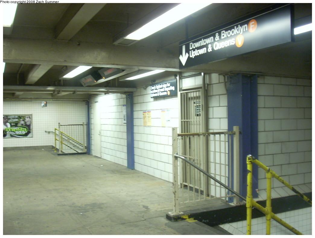 (205k, 1044x788)<br><b>Country:</b> United States<br><b>City:</b> New York<br><b>System:</b> New York City Transit<br><b>Line:</b> IND 6th Avenue Line<br><b>Location:</b> 2nd Avenue<br><b>Photo by:</b> Zach Summer<br><b>Date:</b> 12/16/2007<br><b>Notes:</b> Mezzanine level.<br><b>Viewed (this week/total):</b> 4 / 2651