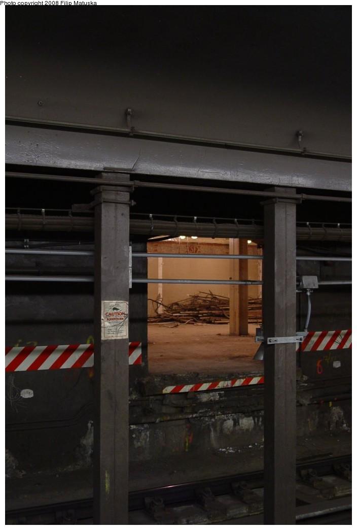 (118k, 704x1044)<br><b>Country:</b> United States<br><b>City:</b> New York<br><b>System:</b> New York City Transit<br><b>Line:</b> IRT West Side Line<br><b>Location:</b> South Ferry (Inner Loop Station)<br><b>Photo by:</b> Filip Matuska<br><b>Date:</b> 6/6/2007<br><b>Notes:</b> View from outer loop to inner loop platform.<br><b>Viewed (this week/total):</b> 3 / 6235
