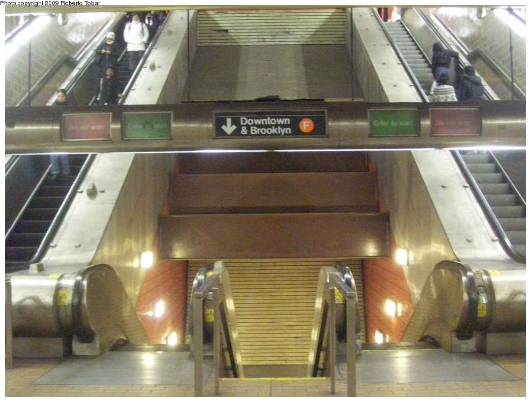 (203k, 1044x791)<br><b>Country:</b> United States<br><b>City:</b> New York<br><b>System:</b> New York City Transit<br><b>Line:</b> IND 63rd Street Line<br><b>Location:</b> Lexington Avenue-63rd Street<br><b>Photo by:</b> Roberto C. Tobar<br><b>Date:</b> 2/20/2009<br><b>Notes:</b> Station escalators.<br><b>Viewed (this week/total):</b> 0 / 2586