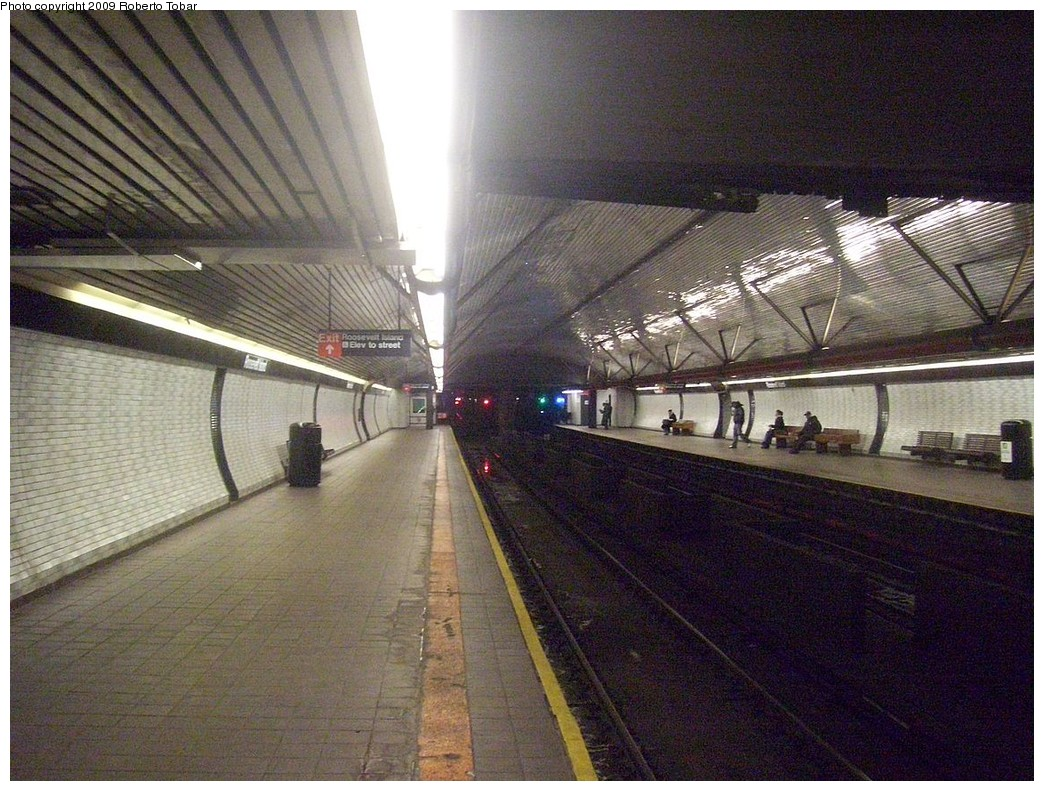 (271k, 1044x791)<br><b>Country:</b> United States<br><b>City:</b> New York<br><b>System:</b> New York City Transit<br><b>Line:</b> IND 63rd Street Line<br><b>Location:</b> Roosevelt Island<br><b>Photo by:</b> Roberto C. Tobar<br><b>Date:</b> 2/20/2009<br><b>Viewed (this week/total):</b> 1 / 1882