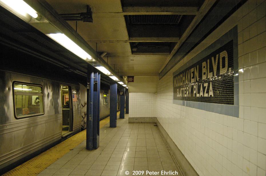 (195k, 930x618)<br><b>Country:</b> United States<br><b>City:</b> New York<br><b>System:</b> New York City Transit<br><b>Line:</b> IND Queens Boulevard Line<br><b>Location:</b> Woodhaven Boulevard/Queens Mall<br><b>Route:</b> G<br><b>Car:</b> R-46 (Pullman-Standard, 1974-75) 5882 <br><b>Photo by:</b> Peter Ehrlich<br><b>Date:</b> 2/24/2009<br><b>Notes:</b> Outbound<br><b>Viewed (this week/total):</b> 3 / 2802
