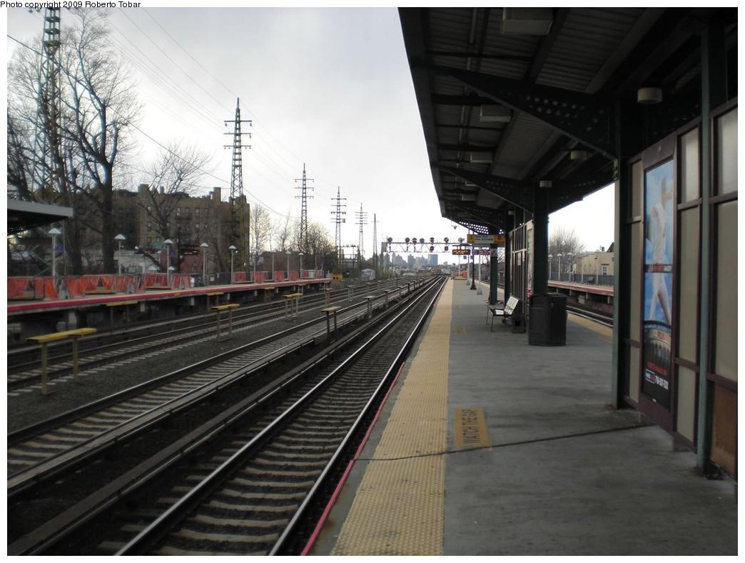 (229k, 1044x788)<br><b>Country:</b> United States<br><b>City:</b> New York<br><b>System:</b> Long Island Rail Road<br><b>Line:</b> LIRR Main Line<br><b>Location:</b> Woodside<br><b>Photo by:</b> Roberto C. Tobar<br><b>Date:</b> 4/8/2009<br><b>Viewed (this week/total):</b> 2 / 525